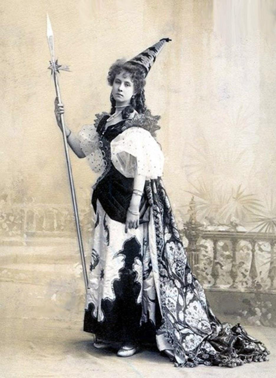 La ballerina Olba Leonova nel costume dello Spirito della Curiosità nel balletto Barbe-bleue del coreografo Marius Petipa e del compositore Pyotr Schenk, 1896 (Wikimedia Commons)