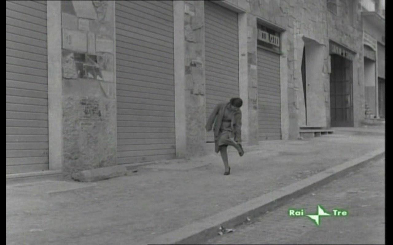 Celestina sola nella città spettrale, nelle scarpe 'quasi nuove' e troppo scomode della padrona