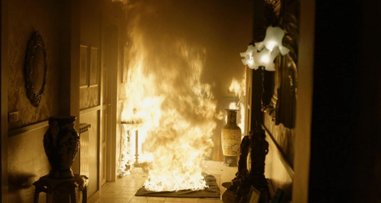 Il fuoco appiccato all'esterno invade la casa della madre di Salvatore Conte