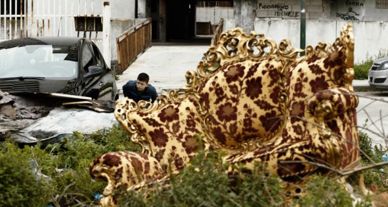 Il divano abbandonato: l'impossibile separazione tra interno ed esterno