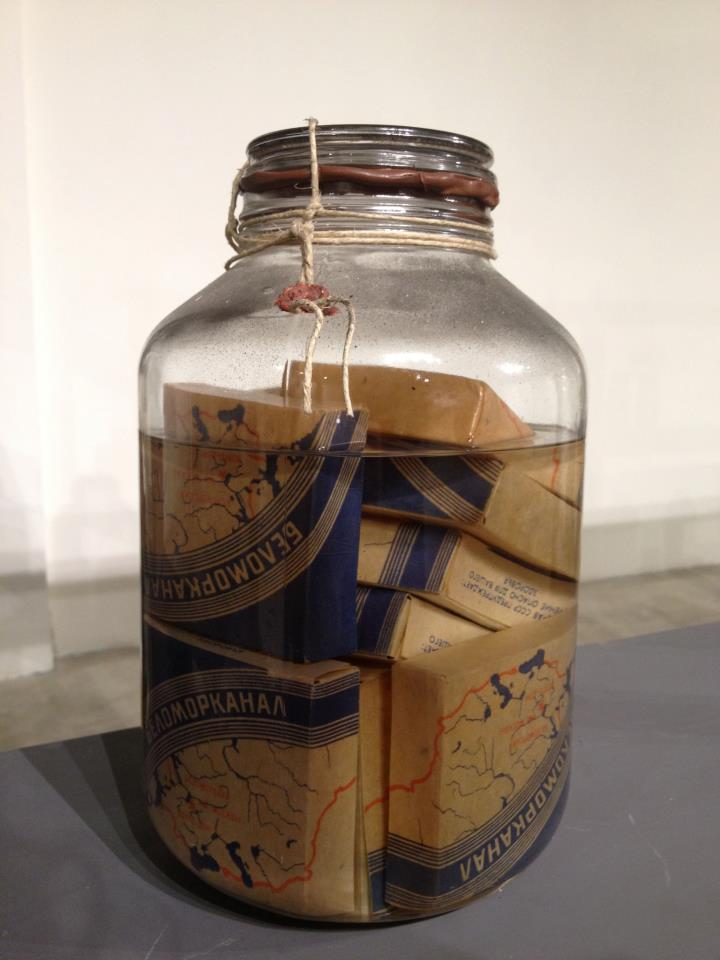 Sergej Volkov, Magazzino d'arte (1990). Particolare. Sigarette sovietiche Belomorkanal
