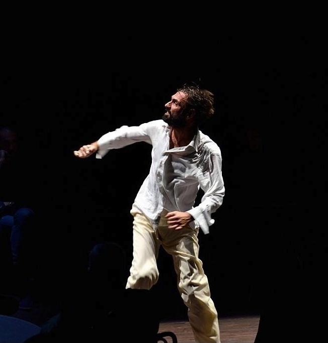 Fabrizio Gifuni in una scena di 'Na specie de cadavere lunghissimo