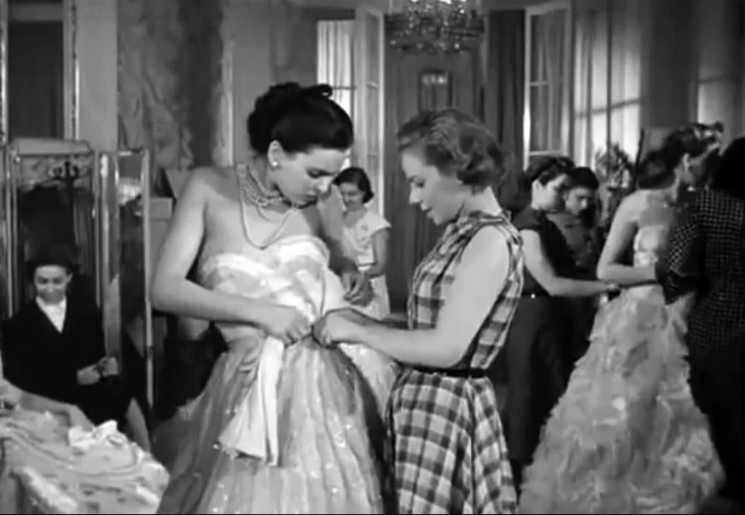 Marisa sfila con l'abito delle Sorelle Fontana, Le ragazze di Piazza di Spagna (1952)
