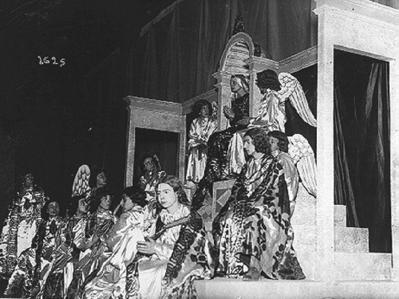 Rina Morelli-Vergine Maria in trono per La rappresentazione di Sant'Uliva, regia di Jacques Copeau, 1933 (Archivio Multimediale Attori Italiani, www.memoria-attori.amati.fupress.net).