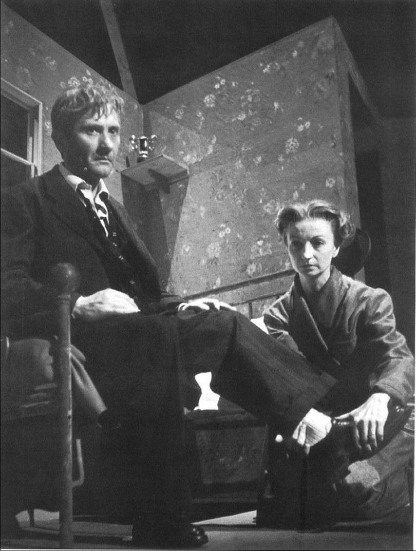 Rina Morelli (Linda Loman) e Paolo Stoppa (Willy Loman) in Morte di un commesso viaggiatore di Arthur Miller, regia di Luchino Visconti (1949), Fondo De Antonis, Museo Biblioteca dell'Attore di Genova.