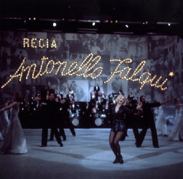 Raffaella Carrà nel balletto della sigla di testa del programma