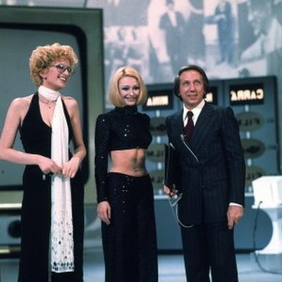 Mina e Raffaella Carrà con Mike Buongiorno nella quarta puntata, dedicata alla televisione (6.04.1974)