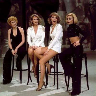 Le presentatrici con le gemelle Kessler cantano Che cosa nella quarta puntata (6.04.1974)