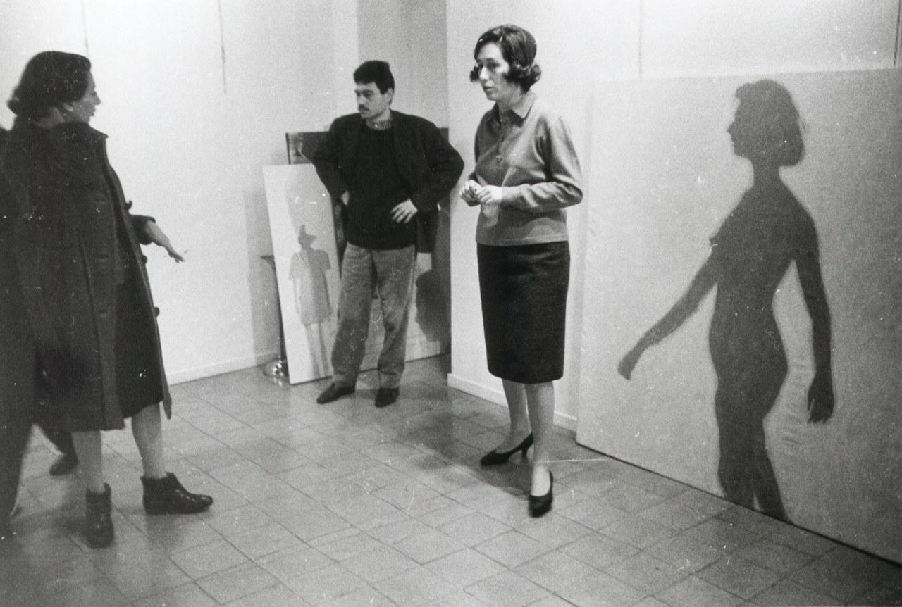 Foto dell'allestimento della mostra Angeli, Bignardi, Festa, Fioroni, Kounellis, Lombardo, Mambor, Tacchi, Galleria La Tartaruga, Roma, marzo del 1964