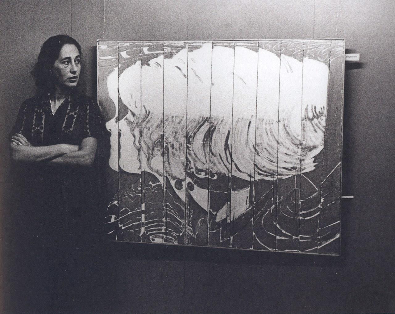 Giosetta Fioroni vicino all'opera Fascino durante l'allestimento della mostra personale alla Galleria del Cavallino, Venezia, aprile 1965