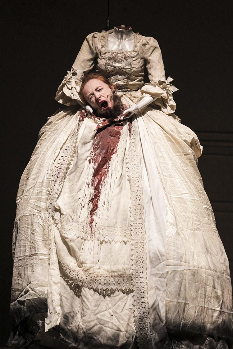 Federica Fracassi in una foto di scena di Erodiàs, regia di Renzo Martinelli, © Lorenza Daverio