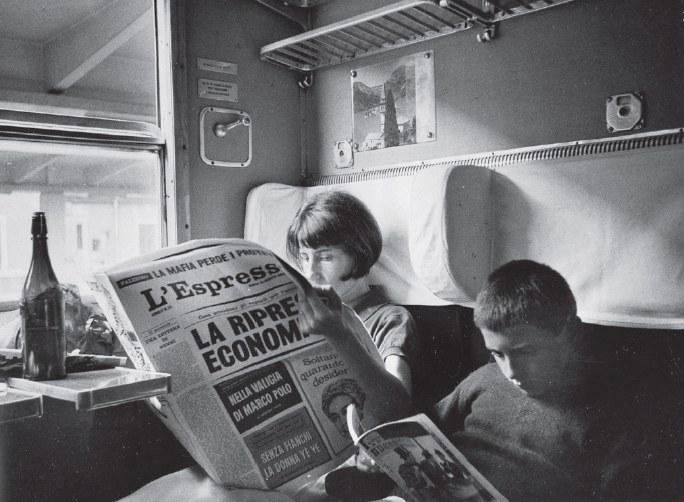 Iela e Michele Mari in treno, in una foto stampata a p. 168 di Leggenda privata, Torino, Einaudi, 2017
