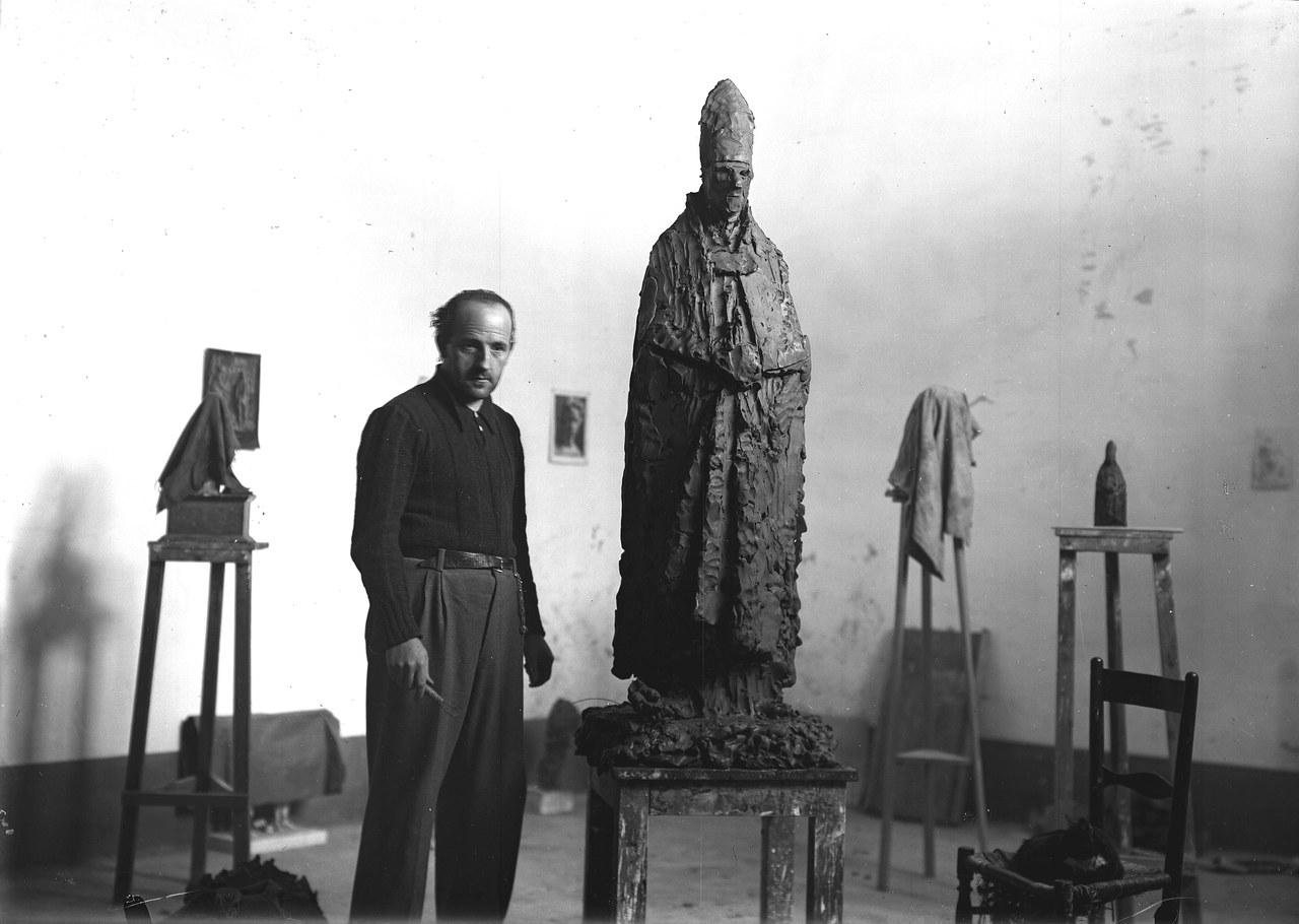 Manzù nell'atelier di via Mateotti, Clusone 1943; Archivio fotografico Cristilli, Museo Arte Tempo Clusone