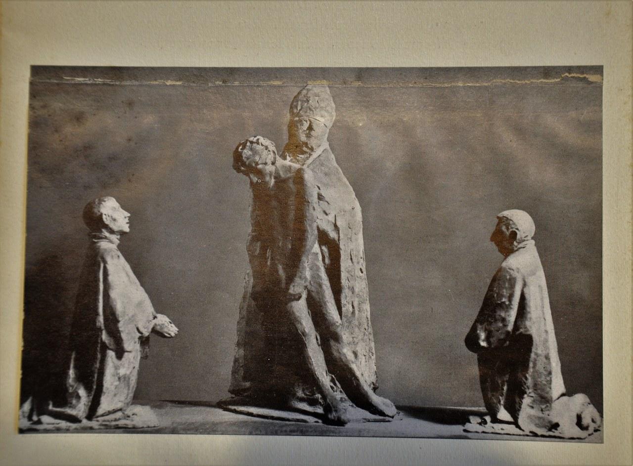 Giacomo Manzù, bozzetto per La Grande Pietà, in La Grande Pietà: bozzetto di Giacomo Manzù per un Monumento Papale, Edizione della Conchiglia, 1946