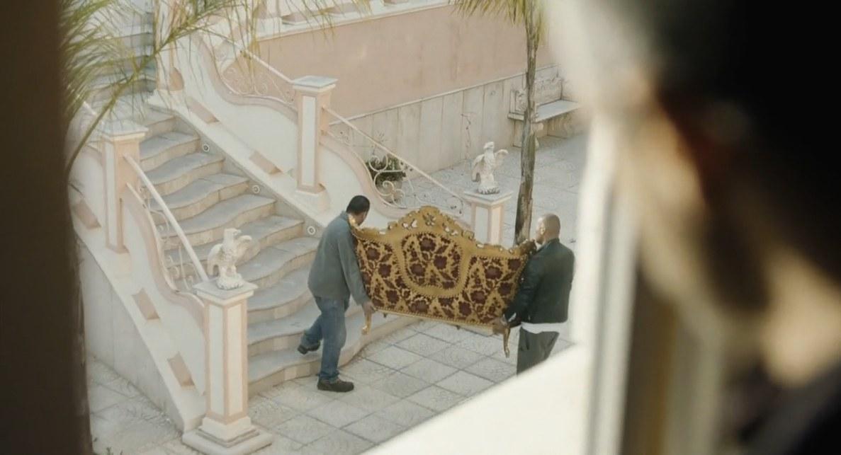 Il divano rococò entra ed esce da casa Savastano
