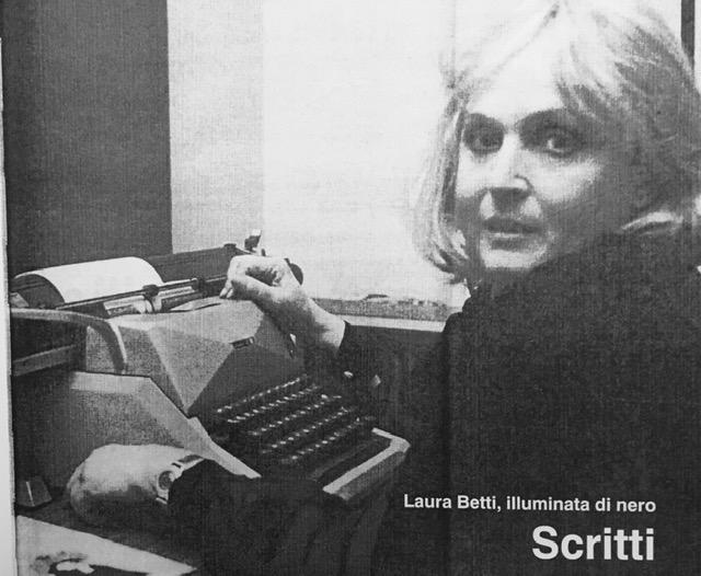 Laura Betti con la macchina da scrivere nell'inserto del volume Laura Betti, illuminata di nero