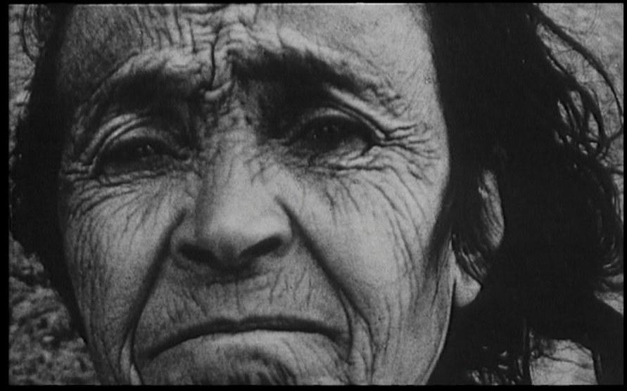 Un fotogramma di Une minute pour une image (1983): Marc Garanger, Femme algerien 1960 © Ciné-Tamaris
