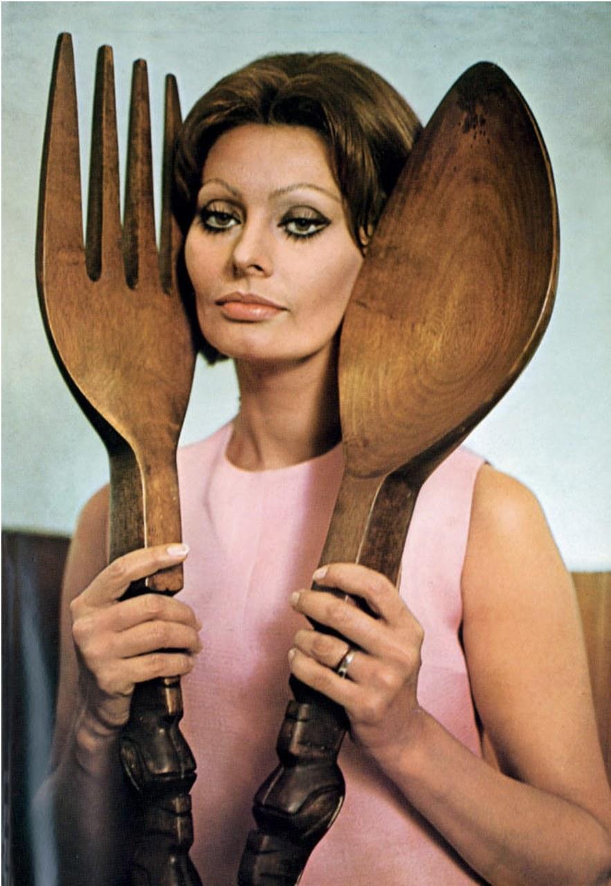 Foto tratta da Sophia Loren, In cucina con amore [1971], Milano, Rizzoli, 2013.