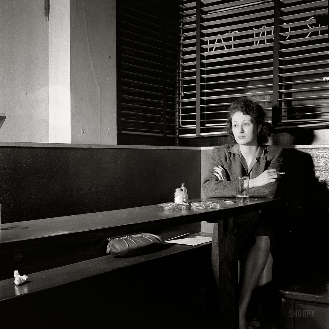 Esther Bubley, Girl sitting alone in the Sea Grill, Washington, 1943