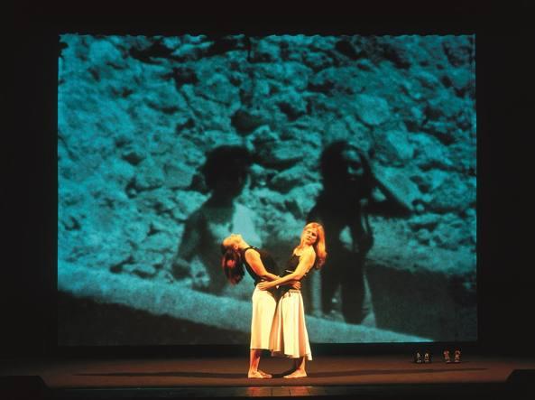 Fiorenza Menni e Chiara Lagani in una scena di Storia di un'amicizia. © Enrico Fedrigoli