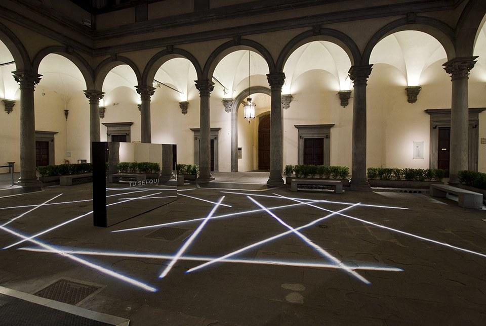 Tu sei qui, 2014, Cortile di Palazzo Strozzi, Firenze © Foto di Martino Margheri. Per ulteriori contributi: http://www.bianco-valente.com/