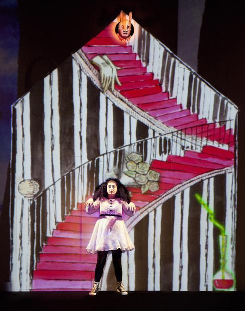 Alice (Elena Russo Arman) e il Coniglio Bianco (Matteo De Mojana), Alice Underground, Elfo Puccini, Milano.
