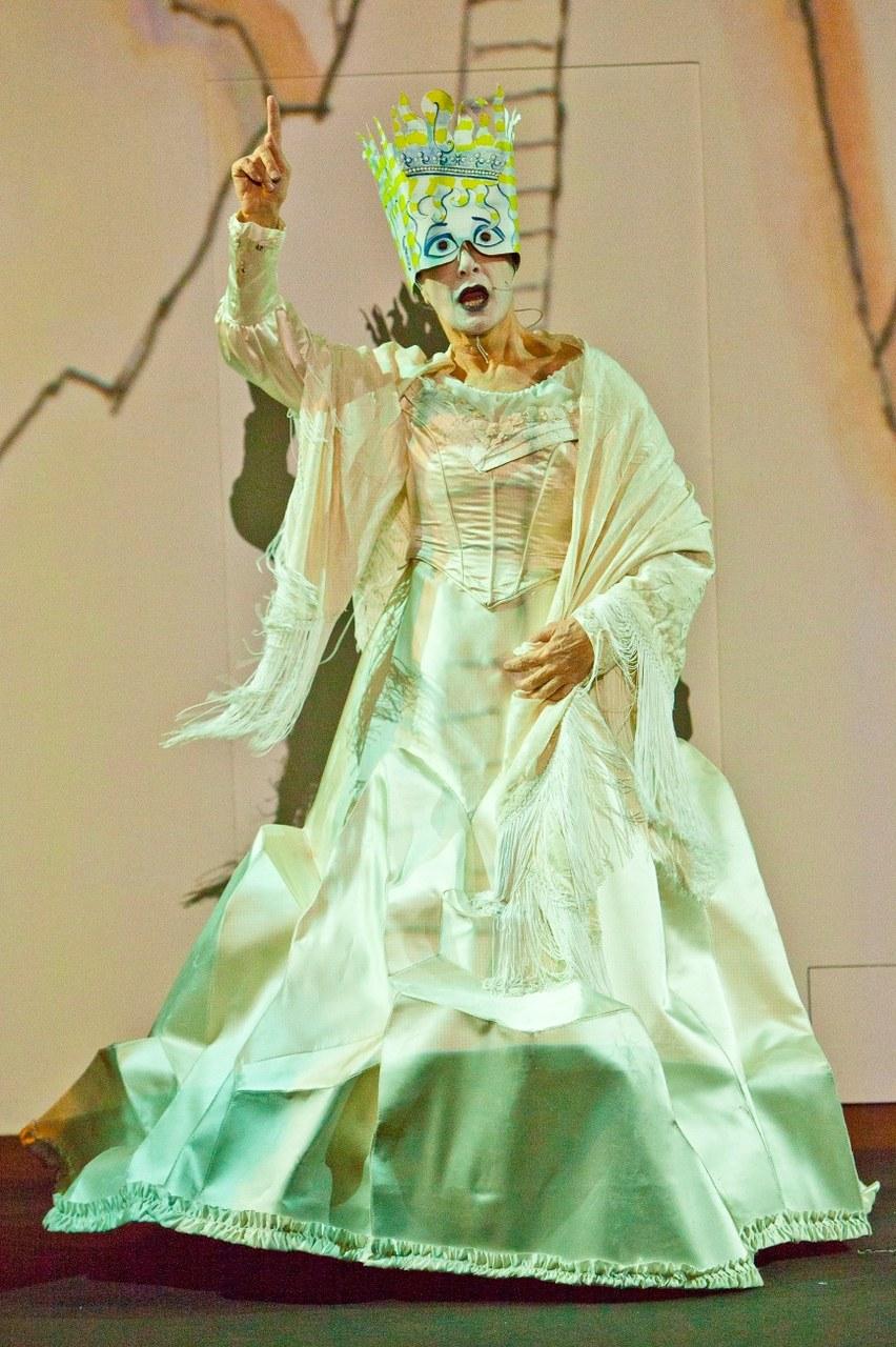 La Regina Bianca (Ida Marinelli), Alice Underground, Elfo Puccini, Milano. Foto di Luca Piva.