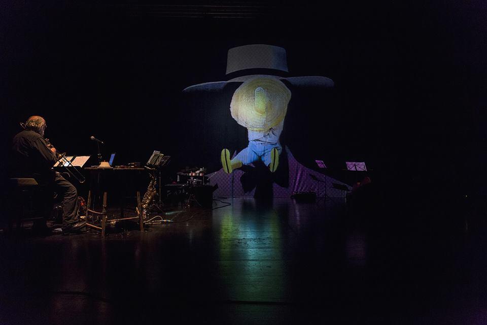 Fig. 2. Sul più bello esce fuori il burattinaio Mangiafuoco (Pinocchio Parade, 2014).Teatro Out Off di Milano, 25 febbraio 2017. Fotografia di Gianni Grossi