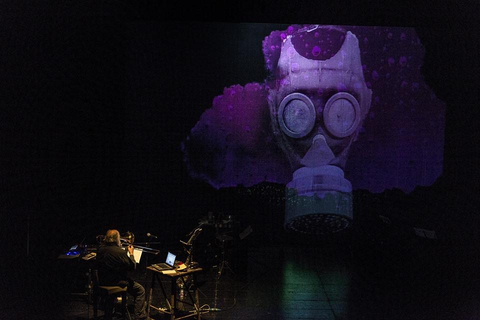 Fig. 7. Pinocchio piange la morte della Bambina dai capelli turchini (Pinocchio Parade, 2014),Teatro Out Off di Milano, 25 febbraio 2017.Fotografia di Gianni Grossi