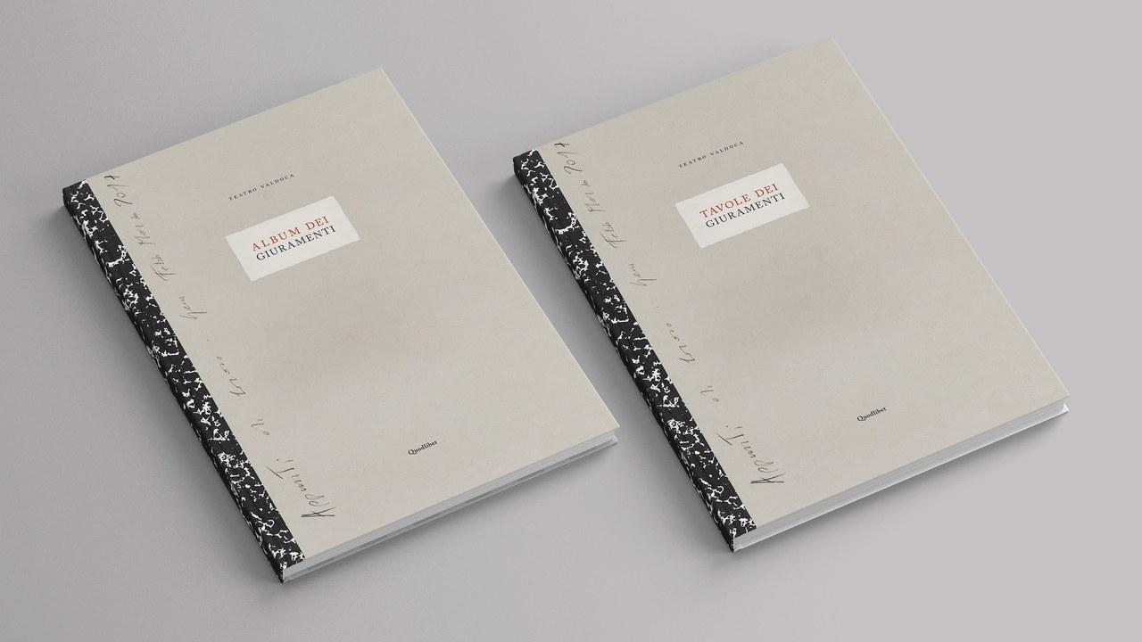 I due volumi che compongono Album dei Giuramenti. Tavole dei Giuramenti del Teatro Valdoca (Quodlibet, 2019). © Teatro Valdoca