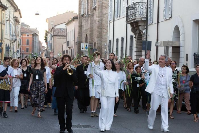 Il corteo per le vie della città: l''Antipurgatorio' a Ravenna (foto di S. Lelli)