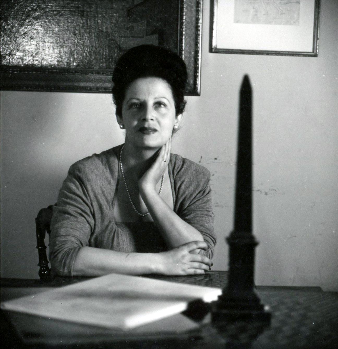 Irene Brin nel suo studio alla galleria L'Obelisco. © Archivi GNAM
