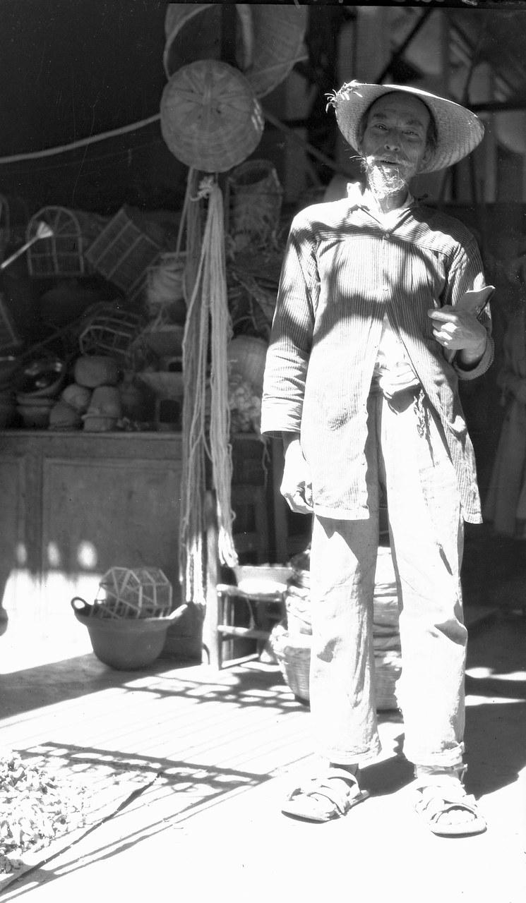 Foto EC.7.2.156, Archivio Contemporaneo del Gabinetto Vieusseux. Edita come foto n. 30 in Messico. Ha per titolo Mercante di terraglie, Querétaro